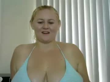 ausse_curves public show from Chaturbate.com