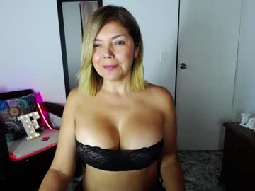 lia_robberts public show from Chaturbate