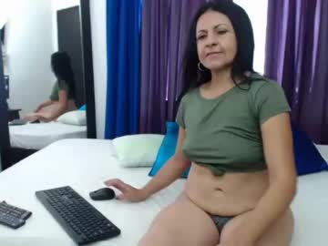 katiehotx show with toys